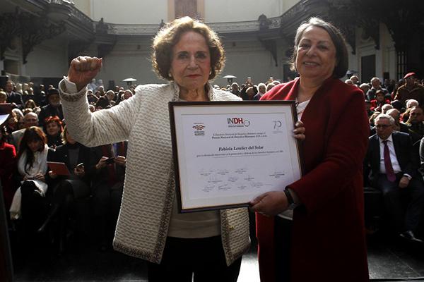 FABIOLA LETELIER: RECIBE PREMIO NACIONAL DE DD.HH.
